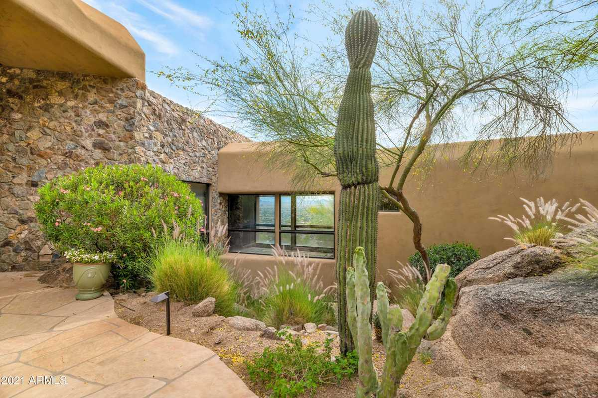 - 3Br/5Ba - Home for Sale in Camelback Mountain Views, Paradise Valley