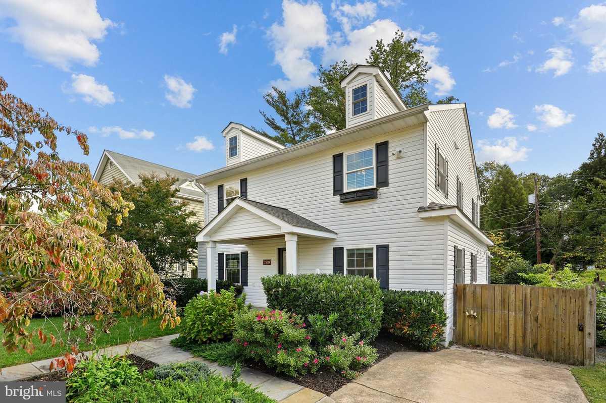 $900,000 - 4Br/3Ba -  for Sale in Hillwood, Falls Church