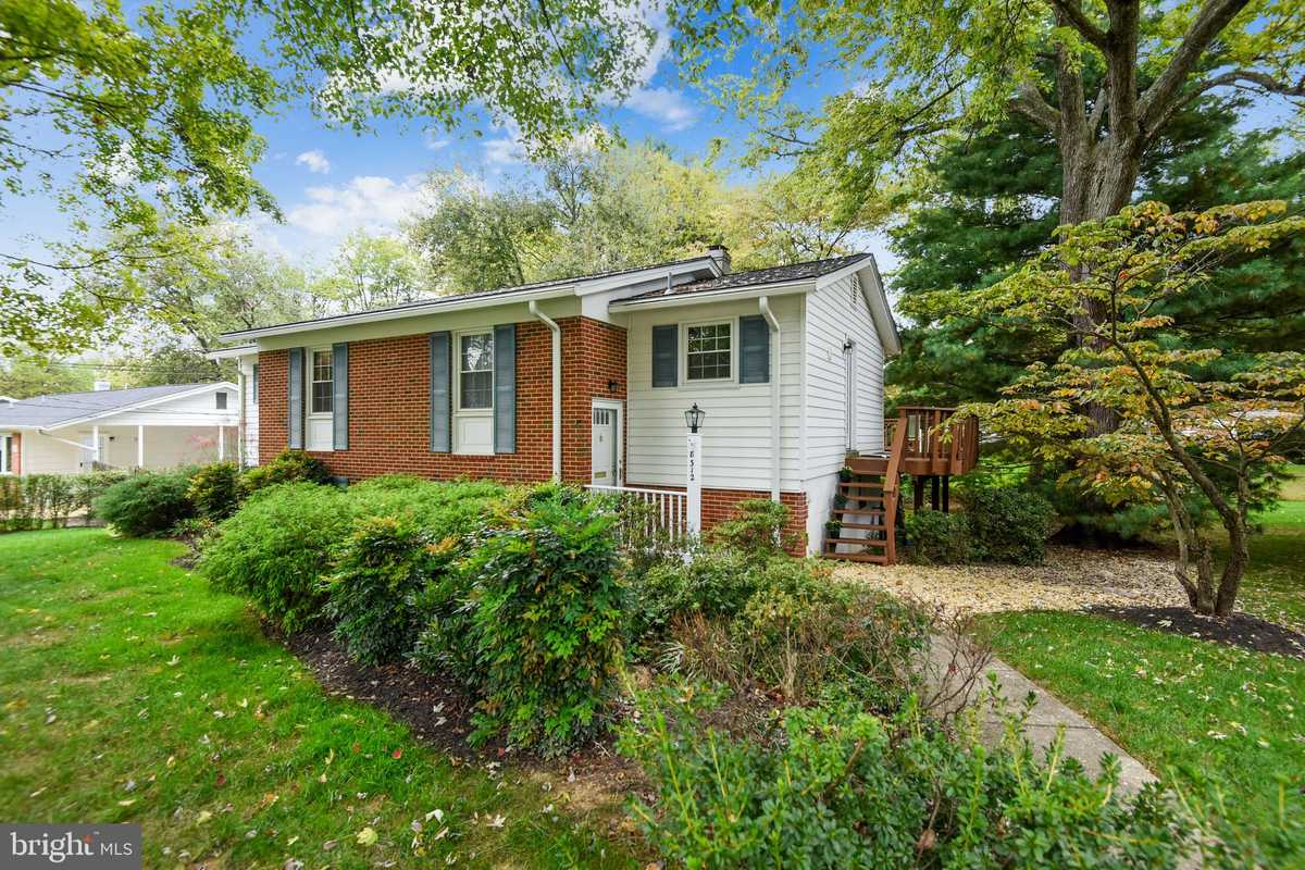 $725,000 - 4Br/3Ba -  for Sale in Dunn Loring Woods, Vienna