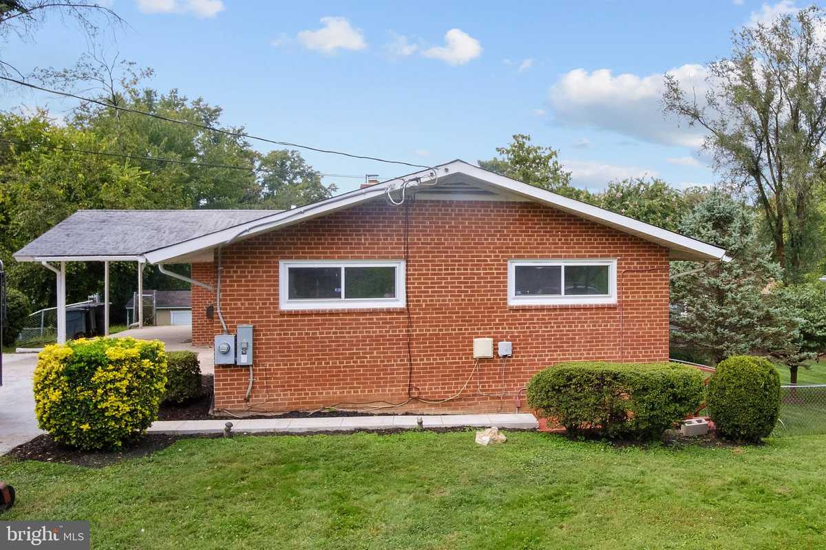 $630,000 - 4Br/3Ba -  for Sale in Country Club Hills, Fairfax