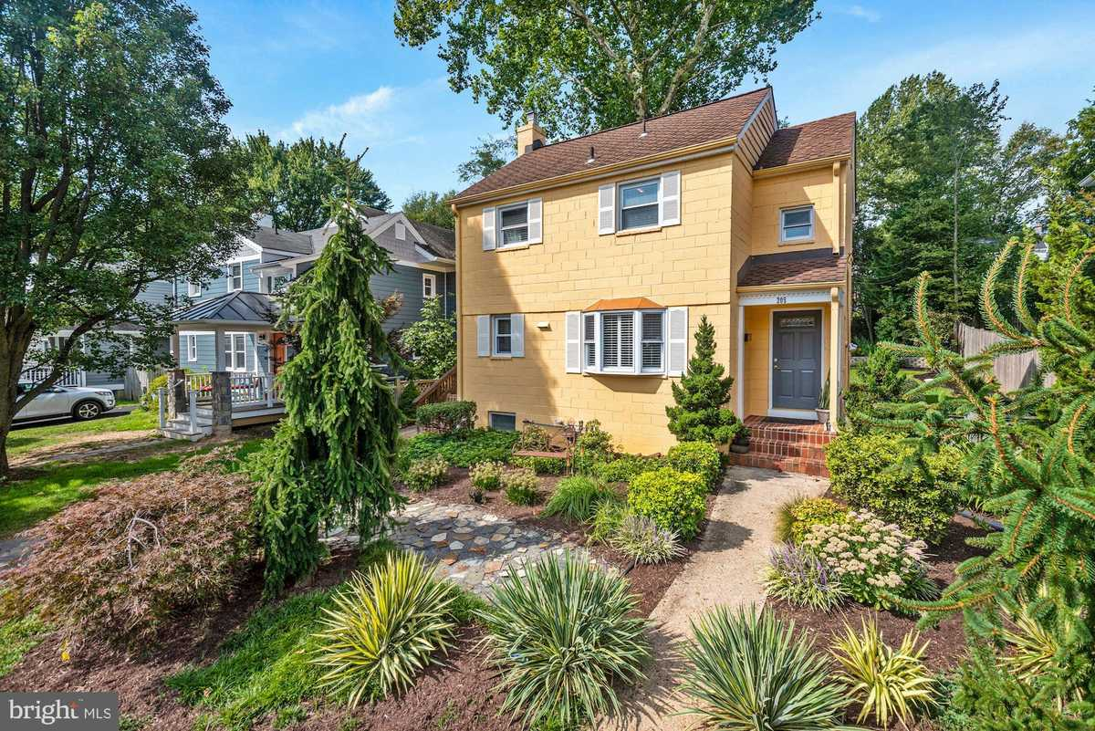 $750,000 - 3Br/2Ba -  for Sale in Greenway Downs, Falls Church