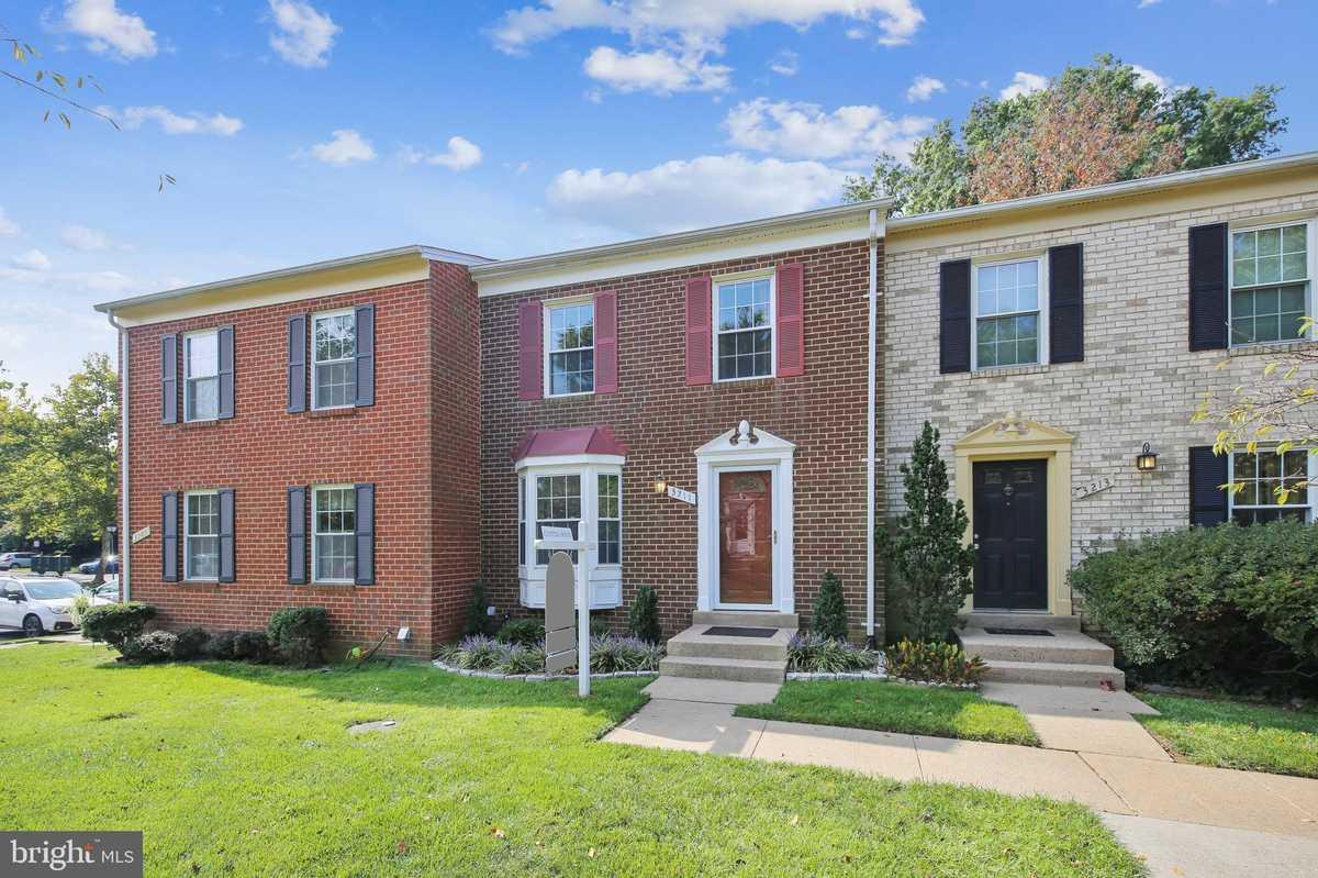 $525,000 - 3Br/3Ba -  for Sale in Flint Hill Manor, Oakton