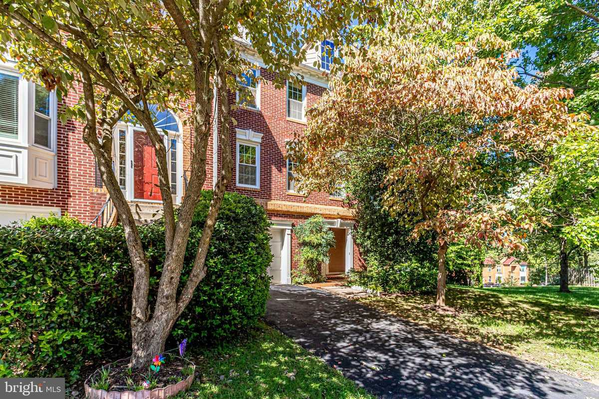 $889,900 - 2Br/4Ba -  for Sale in Mclean Province, Falls Church