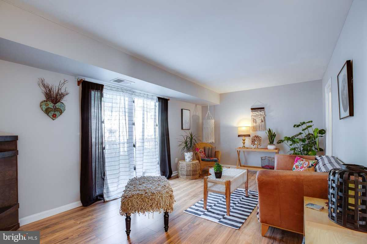 $325,000 - 3Br/3Ba -  for Sale in The Meadows, Centreville
