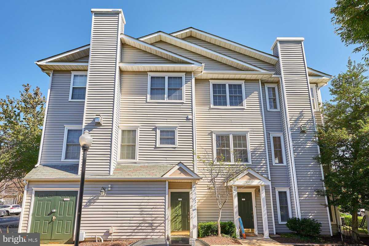 $425,000 - 3Br/3Ba -  for Sale in Gates Of Fair Lakes, Fairfax