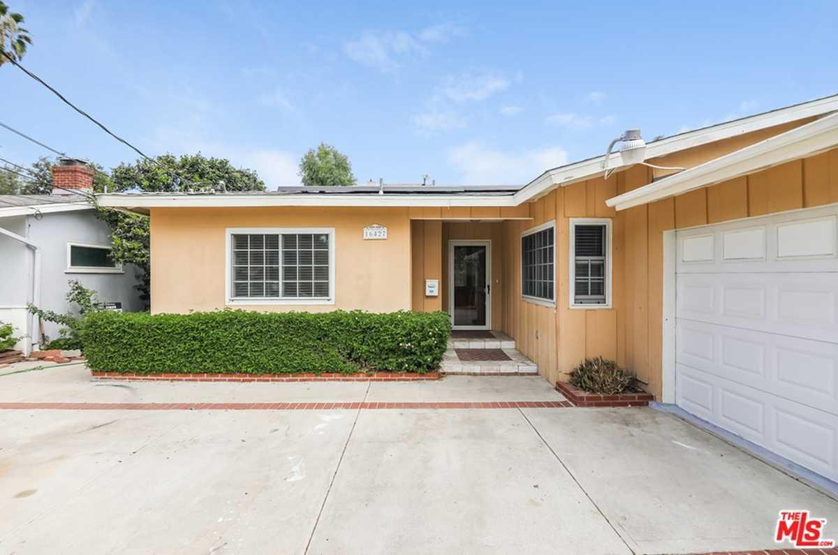 $940,000 - 3Br/2Ba -  for Sale in Lake Balboa