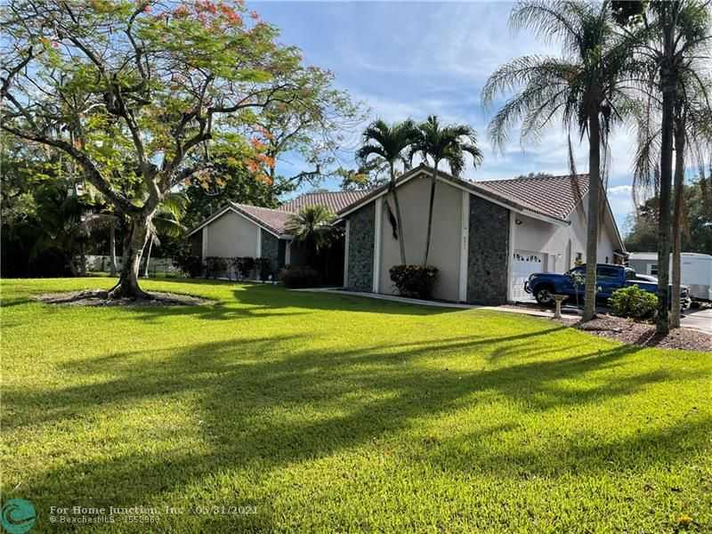 $989,000 - 5Br/3Ba -  for Sale in Pine Tree Estates, Parkland