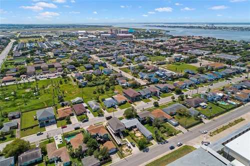 $295,000 - 4Br/2Ba -  for Sale in Wimcrest, Galveston