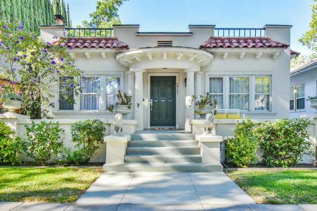 Home for sale listing photo: 2721 D St, Sacramento, CA, 95816