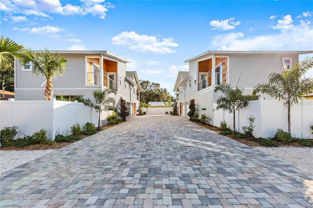 $1,000,000 - 8Br/8Ba -  for Sale in Roselawn, Sarasota