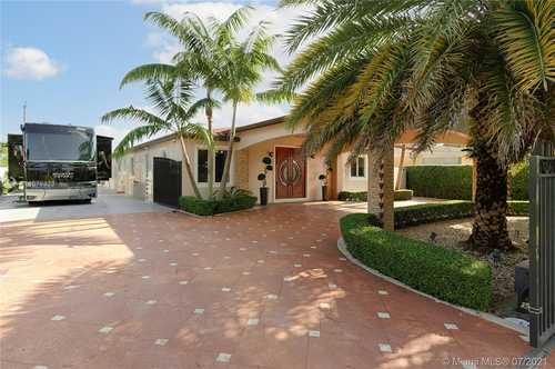 $800,000 - 4Br/5Ba -  for Sale in Palm Ave Highlands, Hialeah