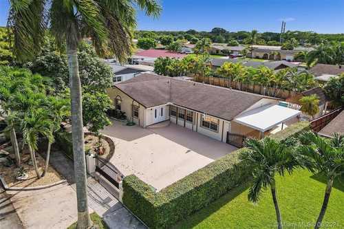$559,900 - 4Br/3Ba -  for Sale in Winston Park Unit 4, Miami