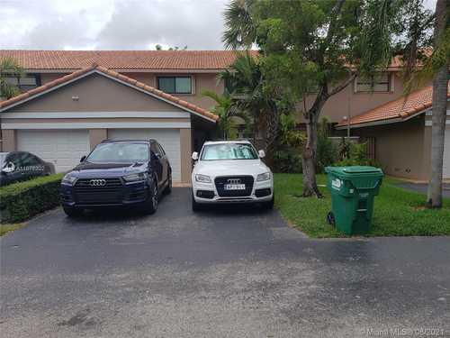 $425,000 - 3Br/3Ba -  for Sale in Townhomes Of La Jolla, Miami