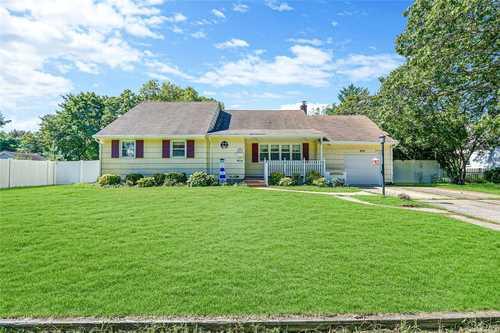 $440,000 - 4Br/2Ba -  for Sale in Lindenhurst