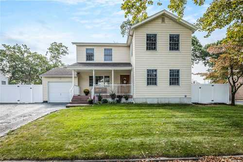 $599,999 - 3Br/3Ba -  for Sale in Commack