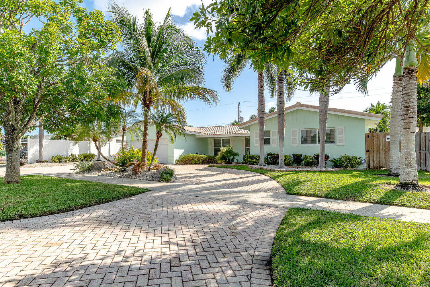 $699,900 - 4Br/3Ba -  for Sale in Imperial Point 5 Sec, Fort Lauderdale