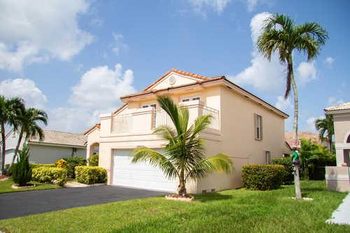 $649,900 - 4Br/3Ba -  for Sale in Ameritrail Sec One, Pembroke Pines